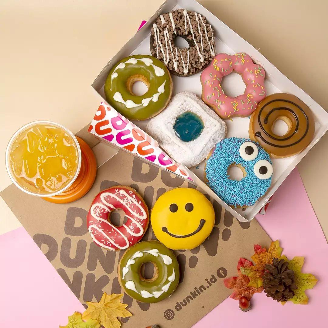 Hi kamu team rebahan dan mager keluar rumah 😊. Sekarang kamu masih bisa pesan PROMO PPKM dari rumah aja.  Yuuk pesan Donuts Classic kesukaan kamu melalui aplikasi GrabFood / GoFood.  Kamu bisa memilih: - PPKM 1 (12 Donuts Classic) seharga Rp 88K* atau - PPKM 2 (12 Donuts Classic dan 2 Minuman Dingin size M) seharga Rp 120K*  Buruan diorder ya #DDLOVER 🎉🎉.  *Syarat dan ketentuan: 1. Harga setelah pajak 2. Harga belum termasuk Spundbond Bag untuk packing 3. Harga PPKM 1: Rp 93K (GrabFood) dan Rp 110K (GoFood Papua) 4. Harga PPKM 2: Rp 130K (GrabFood) dan Rp 150K (GoFood Papua) 5. Berlaku hingga 30 September 2021 6. Tidak berlaku untuk Donut Fancy (Donut topping keju / durian) 7. Pilihan minuman: Iced Chocolate / Iced Cappuccino / Iced Tea / Iced Lemon Tea / Orange Juice 8. Pemilihan Donuts bisa dituliskan pada notes driver 9. Berlaku untuk Donuts Classic bebas pilih di semua counter DUNKIN'